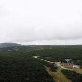 Górna stacja kolejki linowej Zbyszek i po lewej na horyzoncie sam szczyt Lucni Hora.