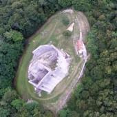 Ruiny zamku przy oficjalnym lądowisku.