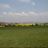 Widok z przedpola stoku na prawą stronę.