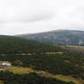 Górna stacja kolejki linowej na Kope i po prawej Smogornia 1490 m