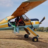 Gminny Piknik Lotniczy - samolot Wilga z grupą skoczków spadochronowych.