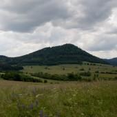 Widok od strony przedpola na Dzikowiec.