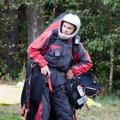 Pilot paralotni w pełnym ekwipunku.
