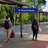 Do Mieroszowa koleją PKP, Wałbrzych miasto też jakby nowy peron.