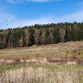 Niepozorna łączka w Mieroszowie pod lasem, pozwala wystartować do wielogodzinnego lotu żaglowego.