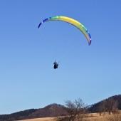 Andrzejówka Paragliding Fly, Mateusz pozuje przy lądowaniu.