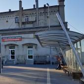 Dworzec kolejowy i autobusowy w Ząbkowicach Śląskich. Na PKP mogło by być lepiej. Bez toalety szerzy się patologia, a o tej w poczekalni PKP chyba mało kto wie, a jej stan ... bez komentarza.