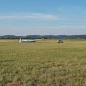 Towarzystwo Lotnicze Świebodzice kurs podstawowy 2018 dzień 8, Po locie biały zaciąga na start Bociana.