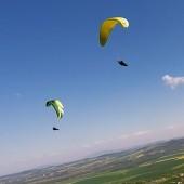 Srebrna Góra Paragliding Fly, W oddali Sobótka. Paralotnią ciężko bez napędu.
