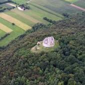 Ruiny zamku a u góry oficjalne lądowisko.