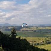 Andrzejówka - Klina Paragliding Fly, Zbyszek walczy na ostatnich noszeniach.