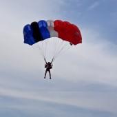 Gminny Piknik Lotniczy - skoki spadochronowe na celność lądowania.
