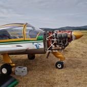 Gminny Piknik Lotniczy - samolot Moran ze zdjętą pokrywą silnika w trakcie przeglądu przedstartowego.