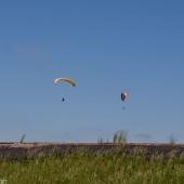 Paralotnie nad górnym zbiornikiem.